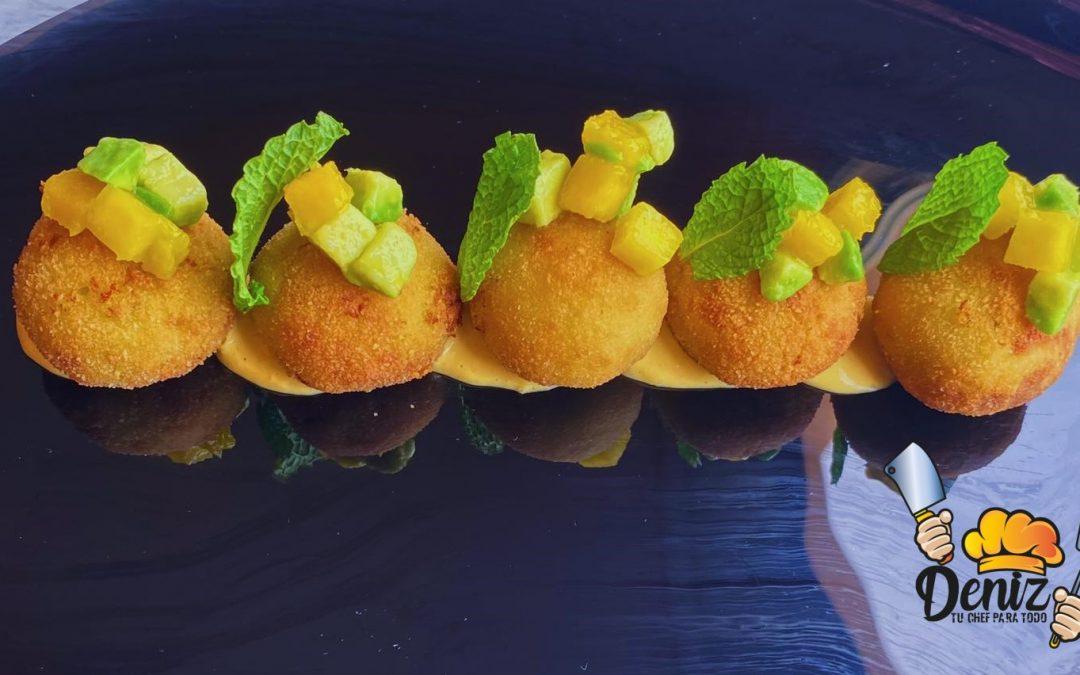 Croquetas de queso azul, guacamole y mango